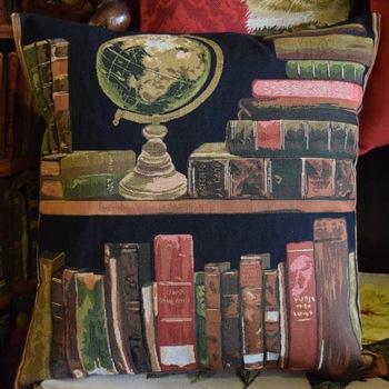 """""""Livres et globe""""  Tapisserie Belge coussin"""