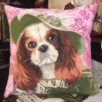 """Lady King Charles  (roze) Belgische tapisserie kussen"