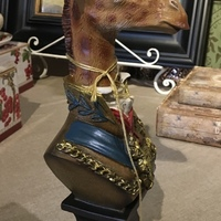 Buste de girafe habillé