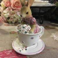 Lapin en tasse de thé blanc