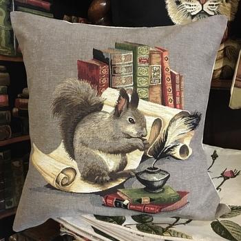 """Eekhoorn met boeken """"Belgische tapisserie kussen"""""""