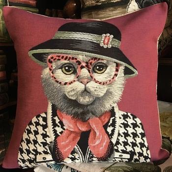 """Chat avec chapeau et lunettes rouges  R """"Tapisserie Belge coussin"""""""