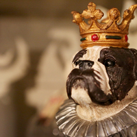 Interior decoration dog statue with crown - Huis de zomer- Bruges